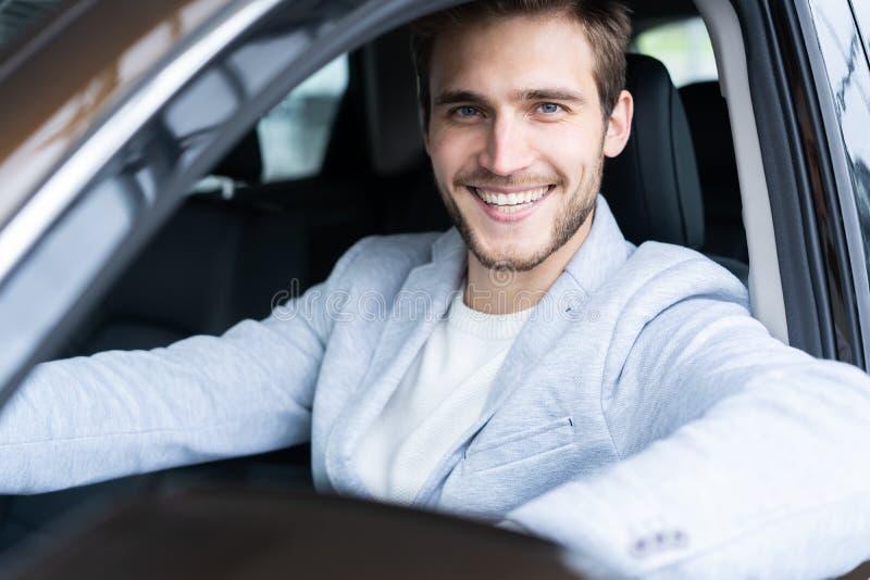 Concessionário automóvel de visita Homem considerável em seu carro novo foto de stock royalty free