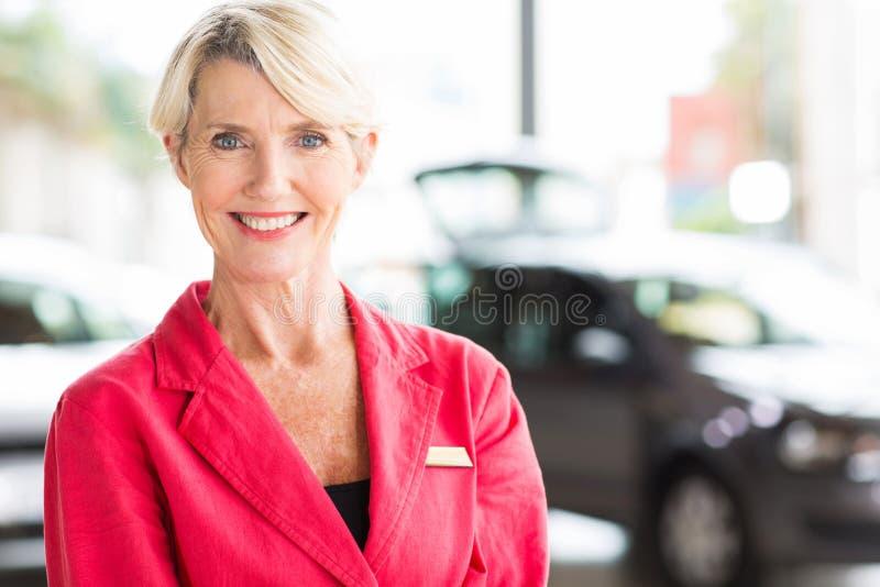 Concessionario auto senior della donna fotografie stock