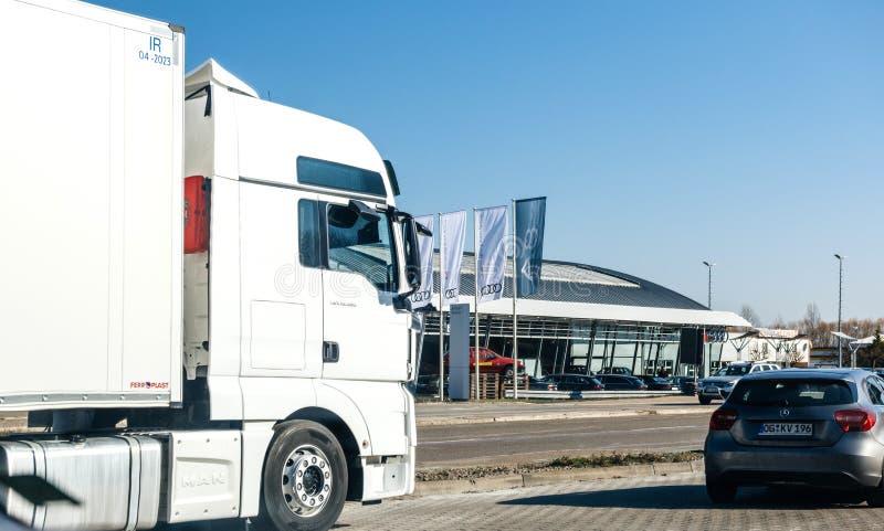 Concessionnaire automobile d'Audi dans la vue de l'Allemagne par le camion et les voitures photo stock