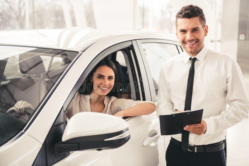 Concessionnaire automobile de visite image stock