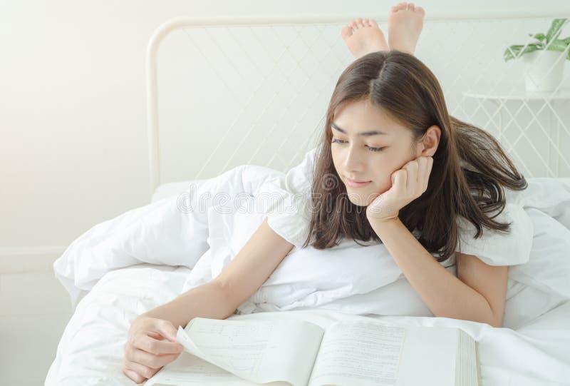 Concetti, apprendimento ed interesse asiatici nella lettura fotografia stock