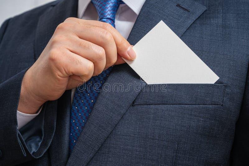 Concetti aziendali Uomo d'affari che mostra un biglietto da visita vuoto isolato su sfondo bianco fotografia stock