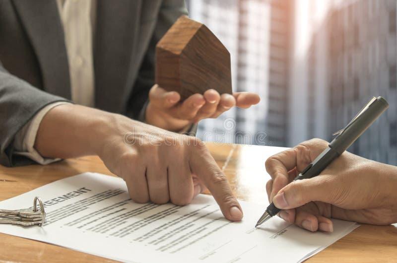Concetti commerciali del bene immobile, mediatori domestici e compratori firmanti una s fotografie stock