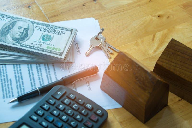 Concetti del bene immobile, accordo del documento, casa di modello con il dollaro fotografie stock libere da diritti