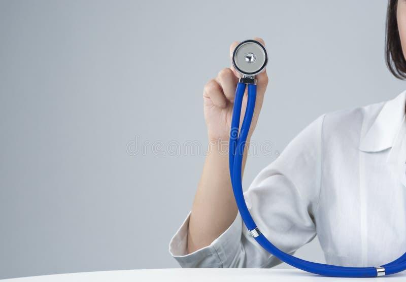 Concetti della medicina Primo piano della mano del dottore femminile caucasico Holding Stethoscope immagine stock libera da diritti