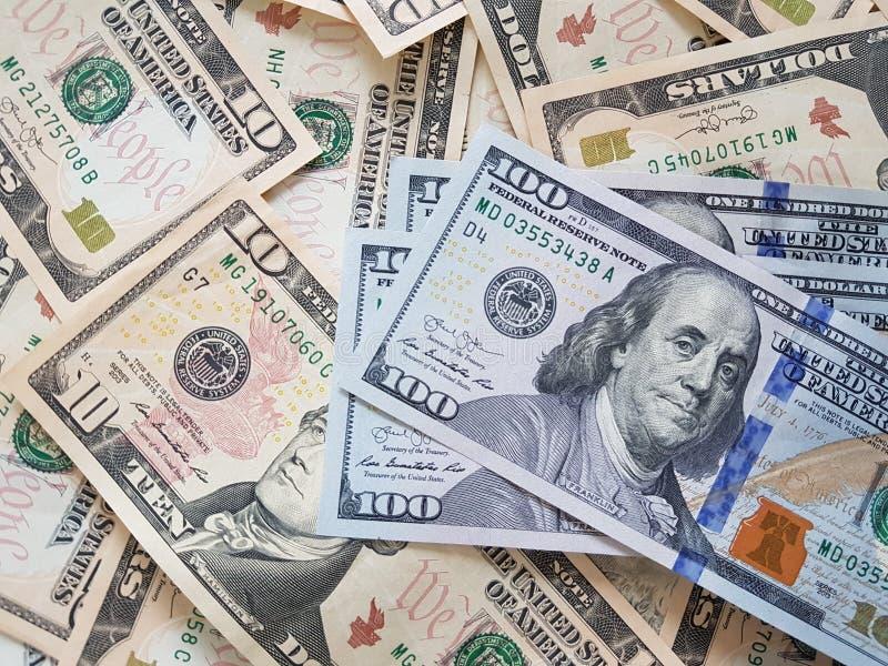 Concetti di affari, fondo, investimento di finanza e scambio di soldi: Contanti americani del dollaro pronti ad investire intorno fotografie stock