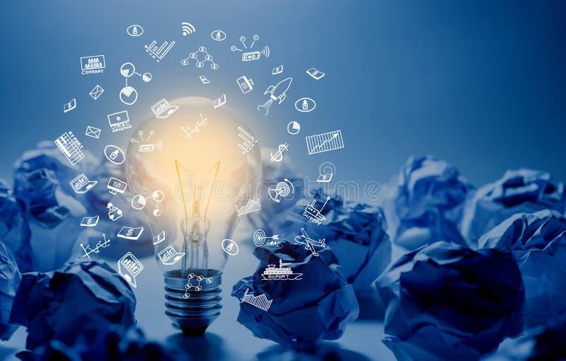 Concetti di creatività e di idea con l'ardore della lampadina e la palla sgualcita di carta Pensi alla scatola Soluzione di affar immagini stock