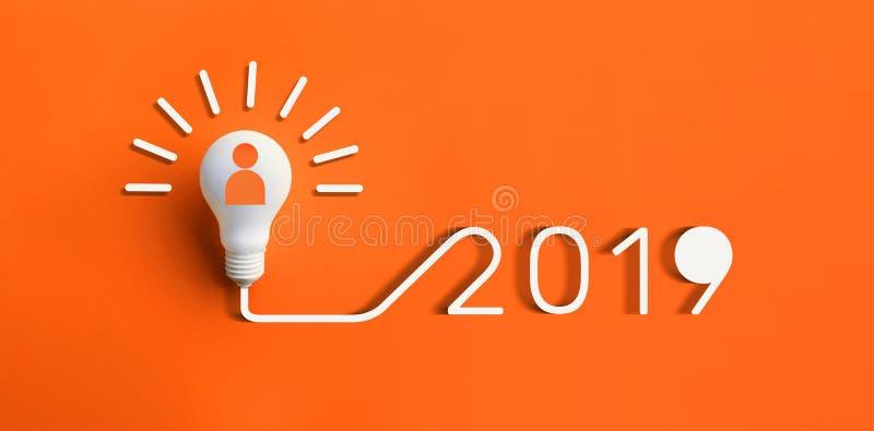 concetti 2019 di ispirazione di creatività con la lampadina su colore immagine stock