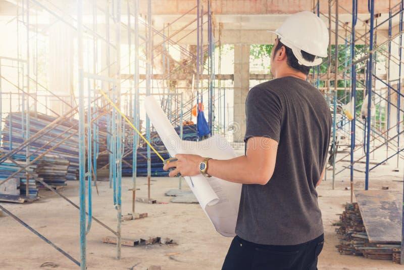 Concetti, ingegnere ed architetto della costruzione lavoranti al cantiere immagini stock