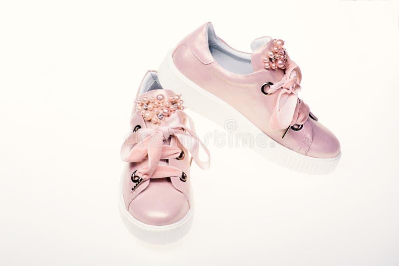 Concetto affascinante delle scarpe da tennis Le calzature per le ragazze e le donne decorate con la perla bordano Scarpe sveglie  fotografie stock