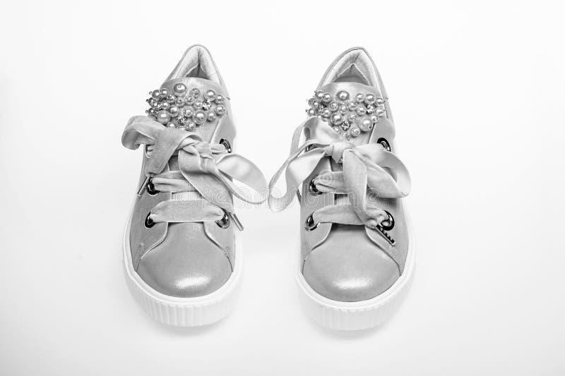 Concetto affascinante delle scarpe da tennis Paia di pallido - scarpe da tennis femminili rosa con i nastri di velluto Scarpe sve fotografie stock libere da diritti