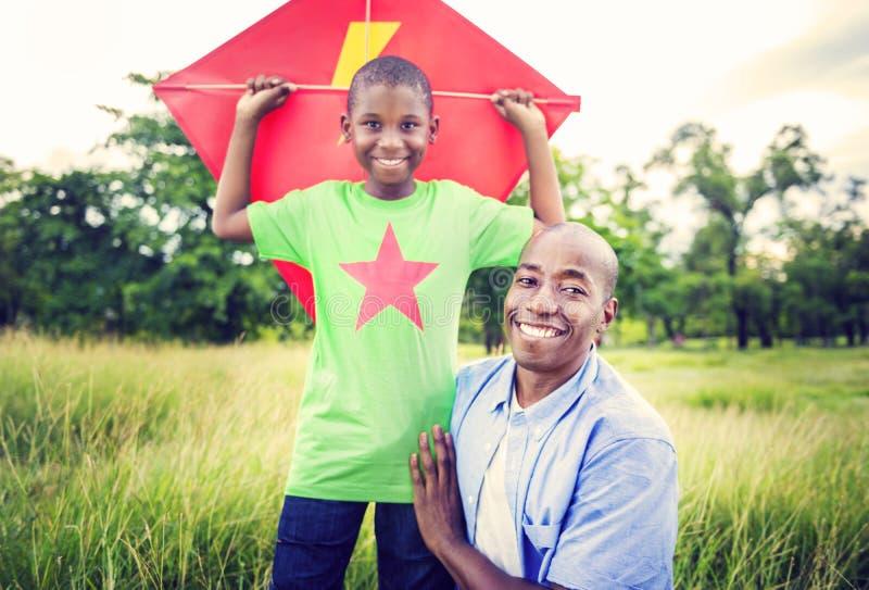 Concetto africano di attività di vacanza di festa di felicità della famiglia immagini stock