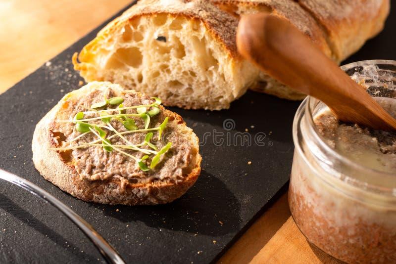 Concetto alimentare - Barbine francesi - Rillettes si diffonde su pane artigianale di ciabatta preparato in casa con lino microve fotografie stock