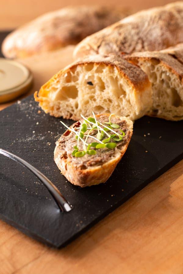 Concetto alimentare - Barbine francesi - Rillettes si diffonde su pane artigianale di ciabatta preparato in casa con lino microve immagine stock libera da diritti