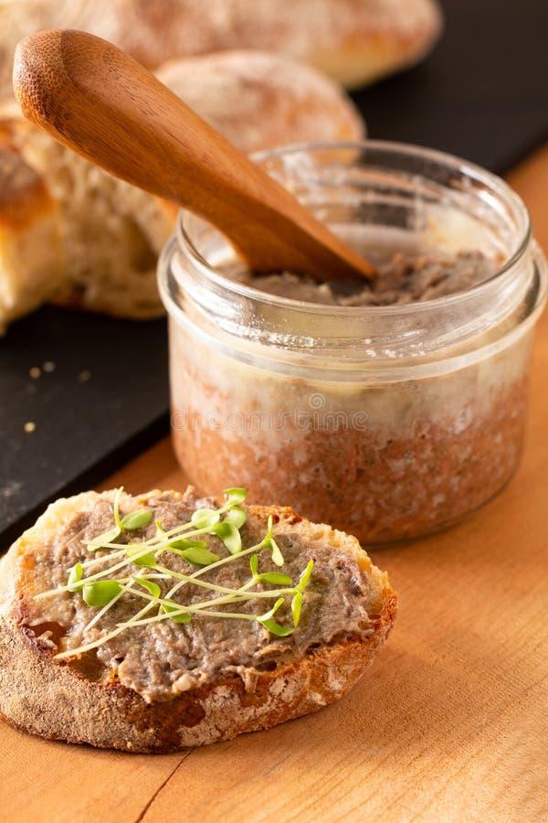 Concetto alimentare - Barbine francesi - Rillettes si diffonde su pane artigianale di ciabatta preparato in casa con lino microve fotografia stock libera da diritti