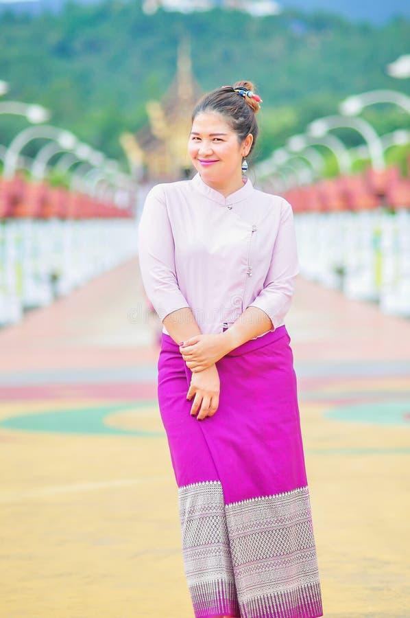 Concetto all'aperto dell'ambiente locale del ritratto tailandese nordico della donna bello fotografie stock libere da diritti
