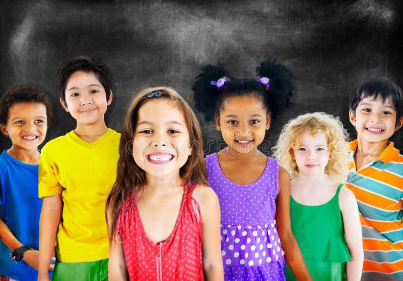 Concetto allegro del gruppo di felicità di diversità dei bambini dei bambini fotografie stock