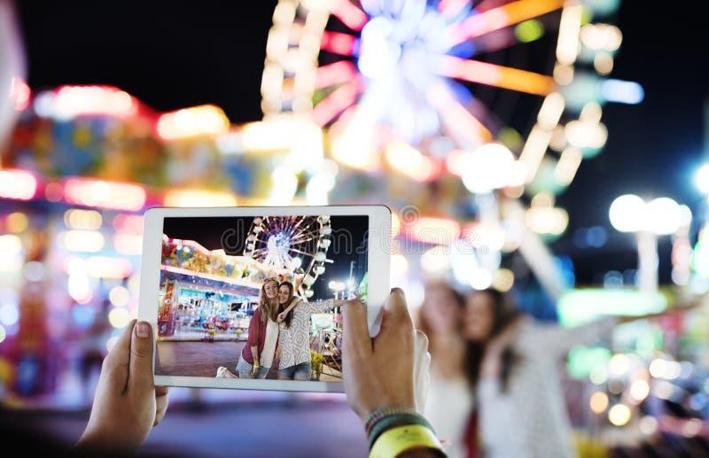 Concetto allegro festivo di felicità della luna park del parco di divertimenti fotografia stock