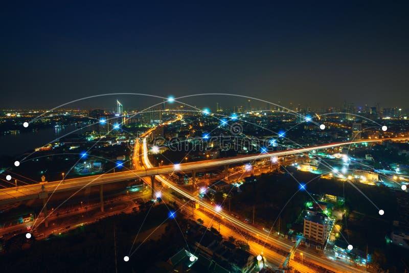 Concetto astuto della rete di comunicazione e della città Internet della cosa fotografie stock libere da diritti
