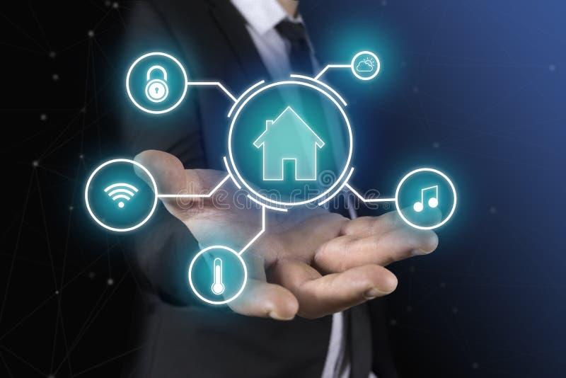 Concetto astuto di automazione della casa sullo schermo virtuale fotografia stock libera da diritti