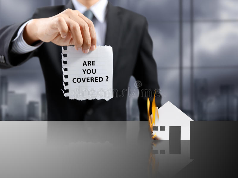 Concetto attuale di assicurazione dell'uomo d'affari con la casa su fuoco immagine stock