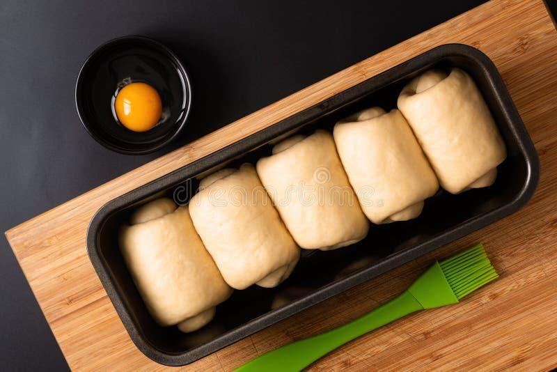 Concetto bollente dell'alimento che produce il pane molle casalingo organico della pagnotta del latte in pentola della pagnotta s immagini stock