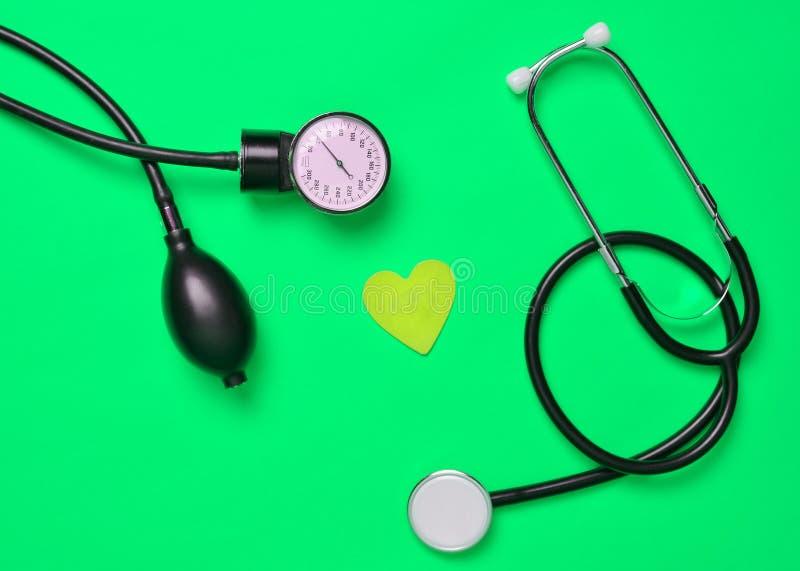 Concetto cardiologico Monometer medico, stetoscopio, decorativ fotografia stock libera da diritti