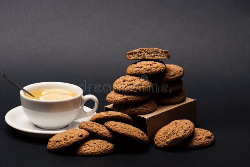 Concetto casalingo del dessert I biscotti accatastano sul contenitore di cartone fotografia stock libera da diritti