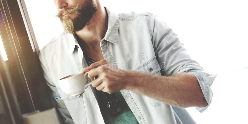 Concetto casuale di strategia di pianificazione di visione della pausa caffè dei pantaloni a vita bassa dell'uomo fotografie stock libere da diritti