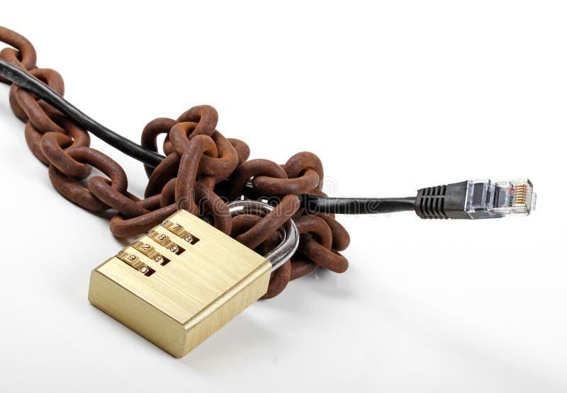 Concetto censurato di Internet - cabli con la catena ed il lucchetto fotografia stock