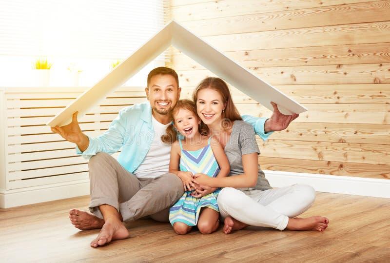Concetto che alloggia giovane famiglia Padre e bambino della madre nella nuova h immagine stock