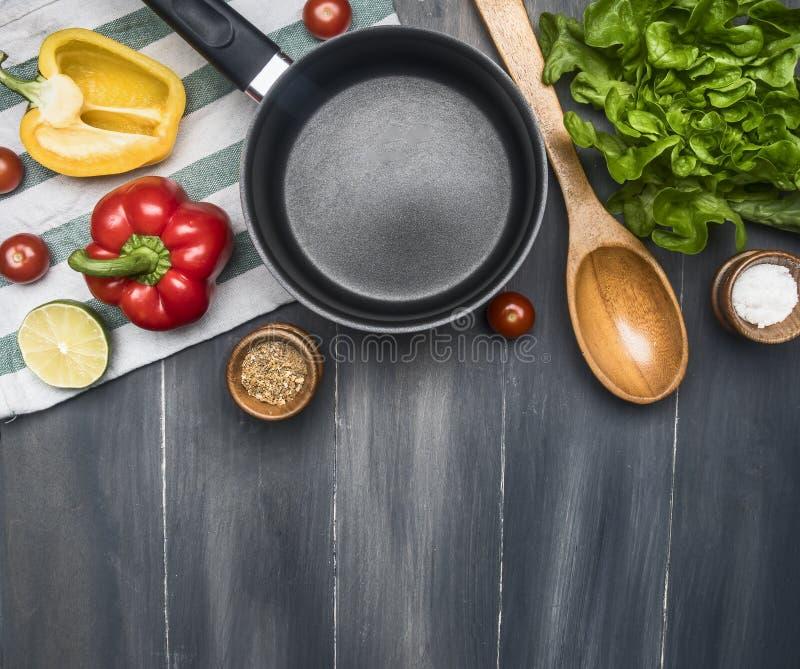 Concetto che cucina l'alimento della verdura, biscotto della lattuga, pomodori ciliegia, peperoni dolci, calce, condimenti, cucch immagini stock