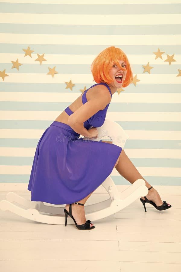 Concetto comico ed umoristico Divertiresi allegro allegro di umore della donna Divertimento e spettacolo I giri della parrucca de immagine stock libera da diritti