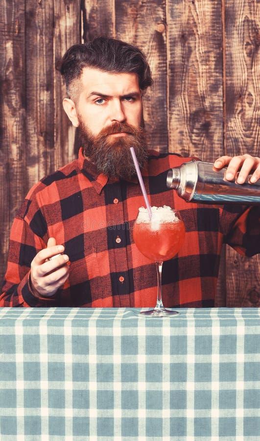 Concetto con esperienza del barista Barista con la barba ed il fronte rigoroso fotografia stock