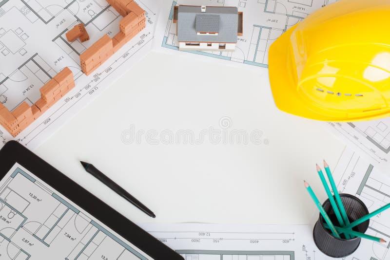 Concetto con lo scrittorio dell'architetto ed il fondo bianco degli strumenti Vista superiore con lo spazio della copia fotografia stock libera da diritti