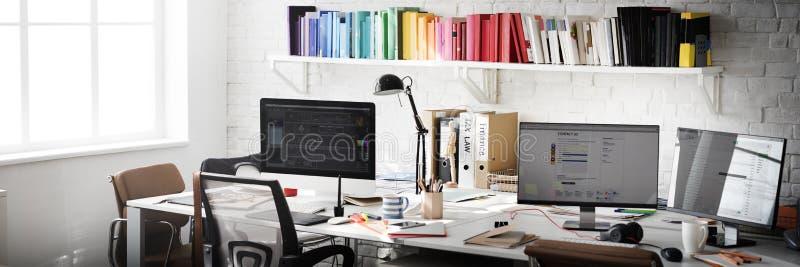 Concetto contemporaneo degli articoli per ufficio del posto di lavoro della stanza fotografia stock libera da diritti