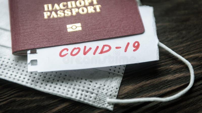 Concetto Coronavirus e Travel Nota COVID-19 coronavirus, passaporto e maschera epidemia del virus della corona a Wuhan, Cina fotografia stock