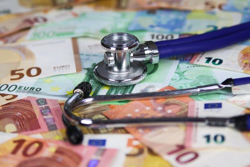 Concetto costato medico - stetoscopio sulle euro banconote del biglietto immagini stock