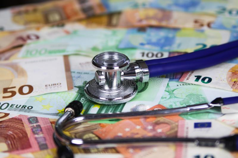 Concetto costato medico - stetoscopio sulle euro banconote del biglietto fotografia stock libera da diritti