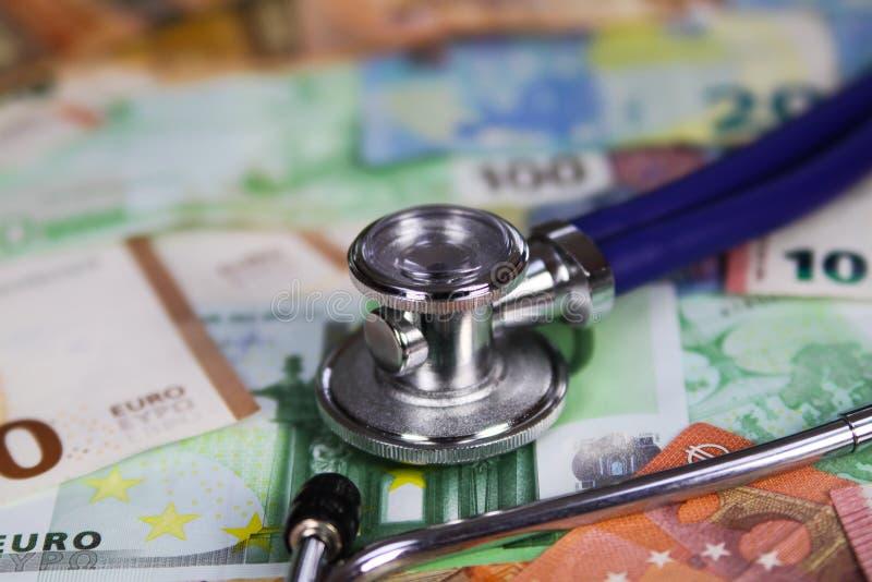 Concetto costato medico - stetoscopio sulle euro banconote del biglietto fotografie stock libere da diritti