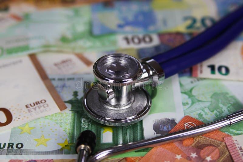 Concetto costato medico - stetoscopio sulle euro banconote del biglietto immagine stock