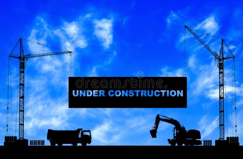 Concetto in costruzione al cantiere con le siluette dettagliate delle macchine della costruzione su cielo blu immagini stock libere da diritti