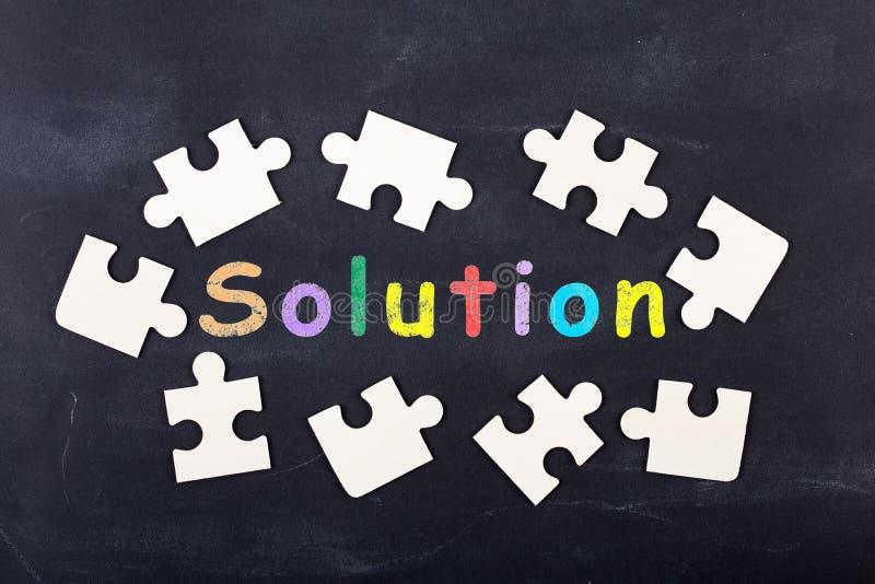 Concetto creativo di idea di affari - blocchetti del puzzle e dell'iscrizione sulla lavagna fotografia stock libera da diritti