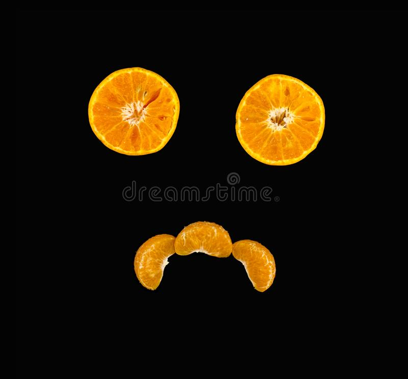 Concetto creativo fatto dall'arancia affettata di frutta sul nero immagini stock