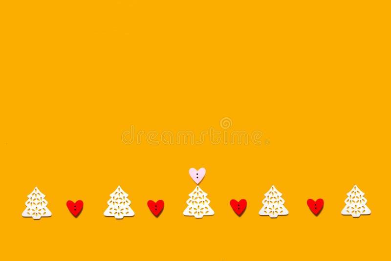 Concetto creativo scolpito dell'albero della decorazione bianca di legno di Natale fotografia stock