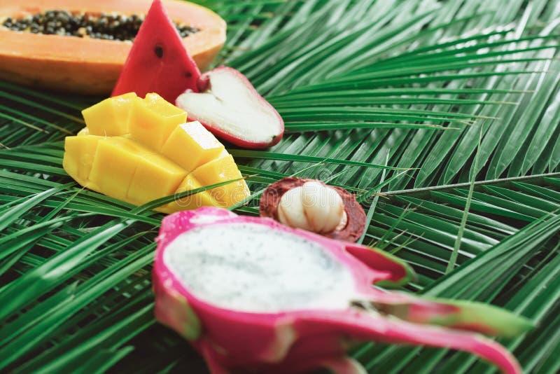 Concetto crudo differente di dieta di cibo di frutti tropicali fotografie stock libere da diritti