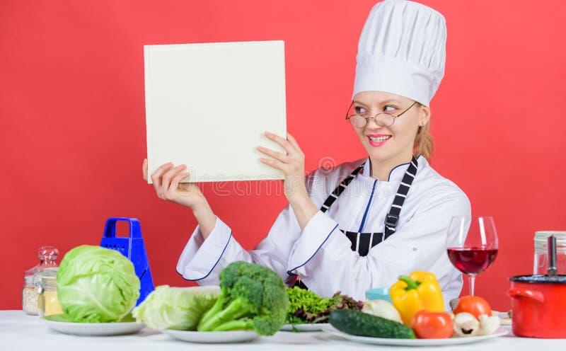Concetto culinario della scuola La femmina in cappello ed in grembiule conosce tutto circa le arti culinarie Cucina tradizionale  immagine stock libera da diritti
