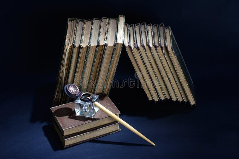 Concetto d'annata con i vecchi libri, le carte, la penna ed il inkpot fotografie stock libere da diritti