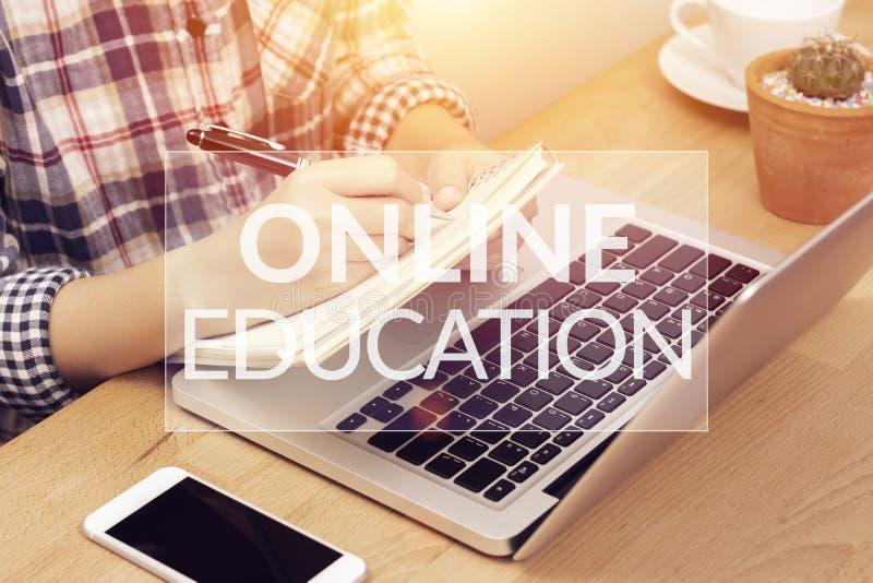 Concetto d'apprendimento online di corso studente che utilizza il computer portatile del computer per la formazione della nota on fotografia stock libera da diritti