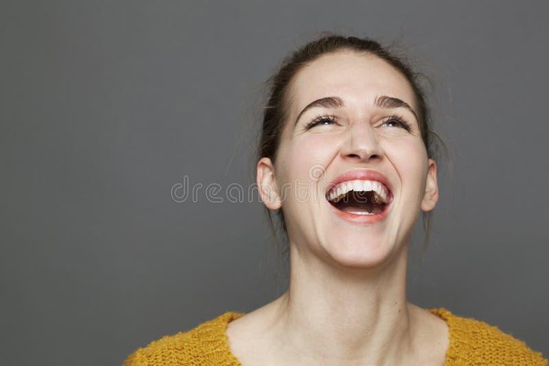 Concetto d'ardore di felicità per la bella ragazza che sbotta risata fotografia stock